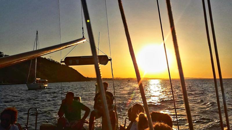 Aperitivo in barca al tramonto